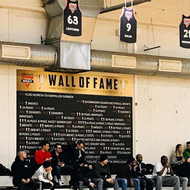 Malmin palloiluhallilla HNMKY Wall of Fame ja legendat katossa. Mestarit ja maineteot. #hnmky #malminpalloiluhalli #koripallo #basketball #möttölä #mottola #lehtinen #salmi #mph