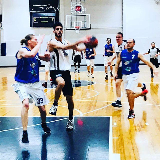 Lets play basketball! MPH1 ja tiukka yökorismatsi. Tunnelma katossa, hyvä jätkät🏼!! #yökoris #yokoris #yökoris2017 #koripallo #basketball #mph #malminpalloiluhalli
