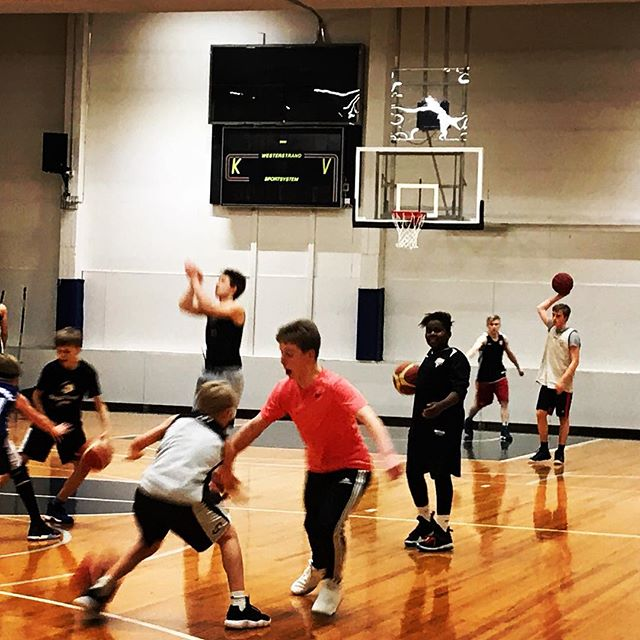 Vilinää  @ mph1. Tulevat Möttölät, Markkaset, Koposet ja Salinit treenaa taitojaan.#malminpalloiluhalli #mph #koripallo #basketball #youth #nuoriso #hnmky