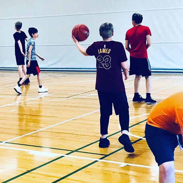 Kesäkoris @09hhr @hnmkykoripallo tulevaisuuden #lebronjames treenaa hookkii. #koripallo #basketball #summer #kesä #kesäloma #mph #malminpalloiluhalli